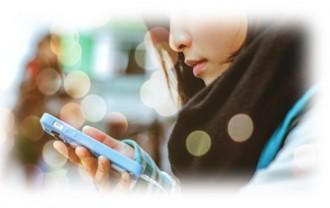 スマートフォンで出会い系サイトを検索する女性